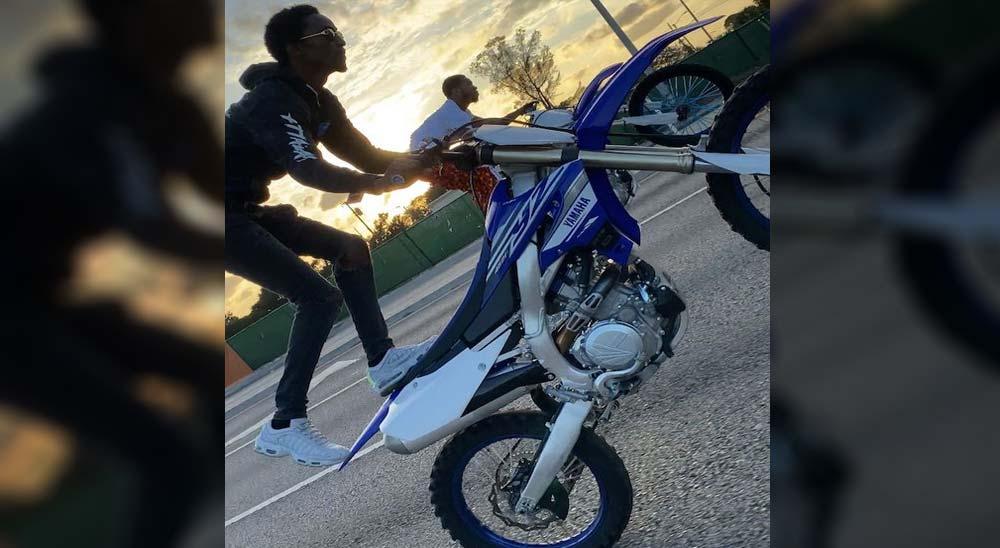 Hacen lo que les da la gana con sus motos por las calles 1