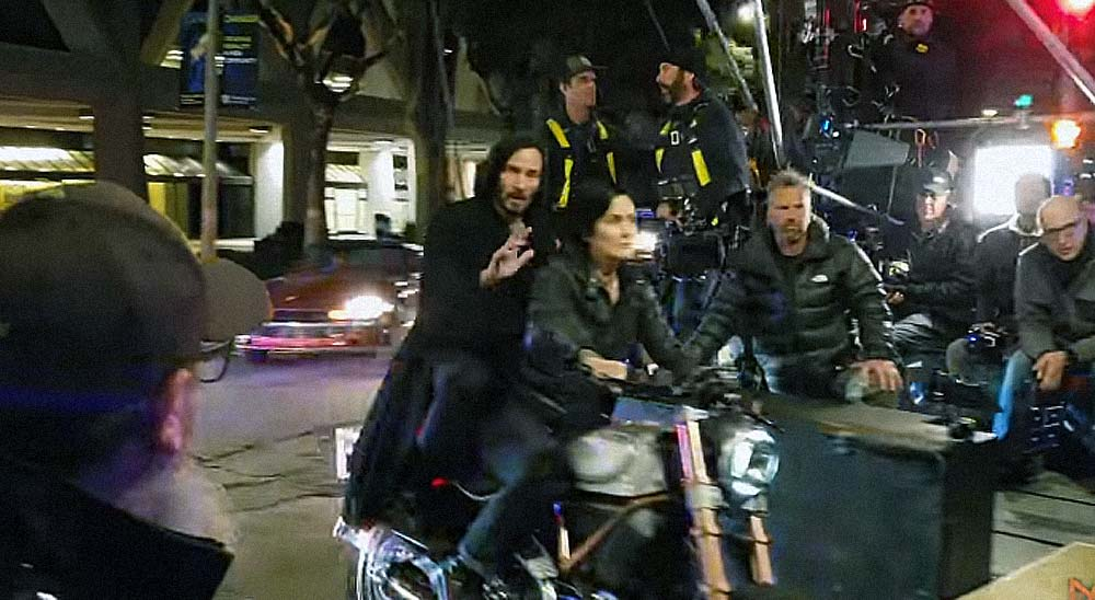 Keanu Reeves en pleno rodaje de Matrix 4 sigue siendo amable con sus fans 34