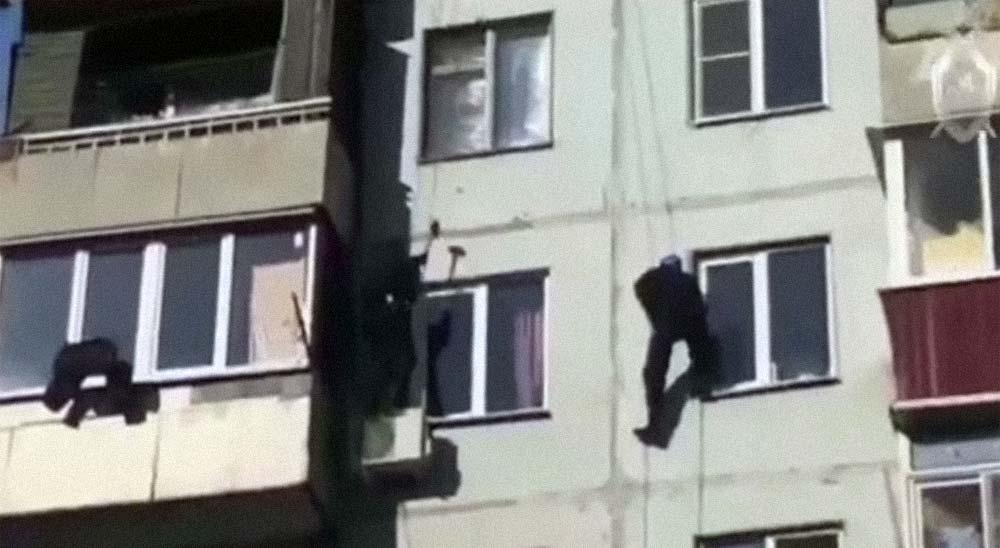 Así detiene la policía Rusa a un pedófilo, entrando por la ventana de un octavo piso 3