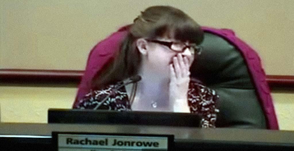 El alcalde de Georgetown se marcha al baño con el micro puesto y pasa lo que pasa 13