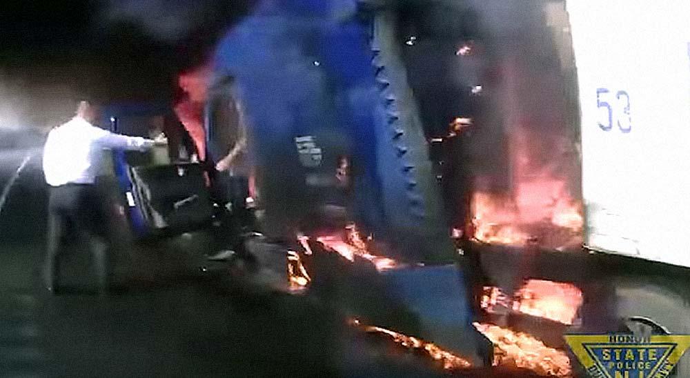 Un heroico policía logra salvar a un conductor antes de que su camión explote 4