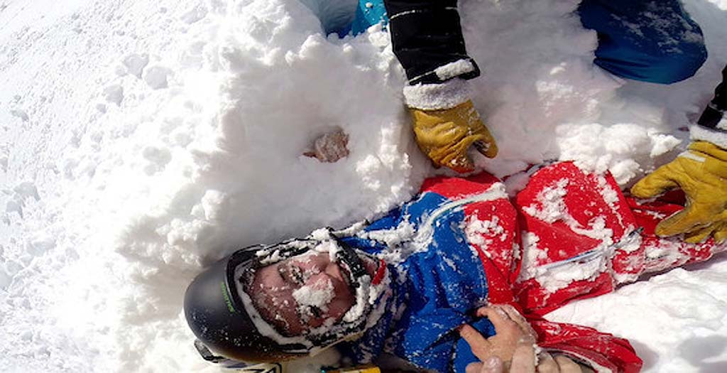 Encuentra sepultada en la nieve a una esquiadora y la salva de una muerte segura 7