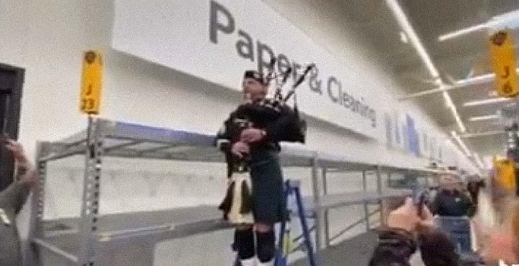 Los gaiteros rinden homenaje al pasillo vacío del papel higiénico en un Walmart 2