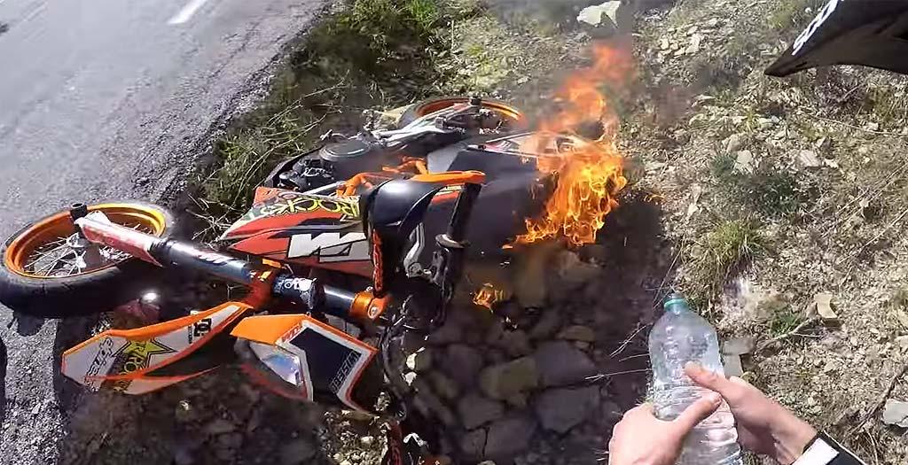 Tiene un accidente con la moto y casi se le quema entera 6