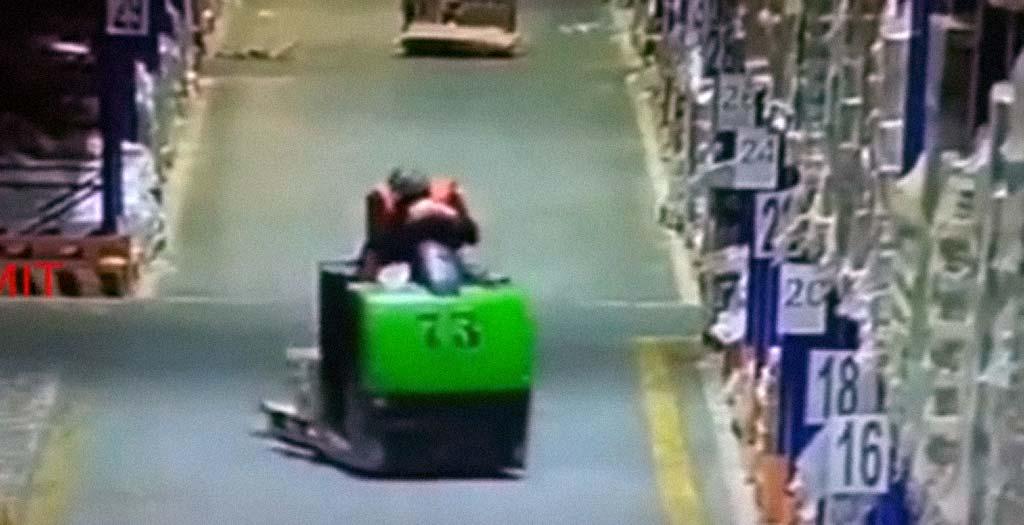 Trabajador se duerme conduciendo la carretilla y la lía parda 3