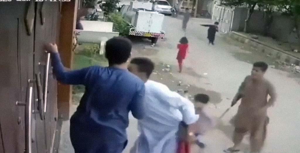 Jóvenes Indios se saltan la cuarentena y escapan de la policía 5