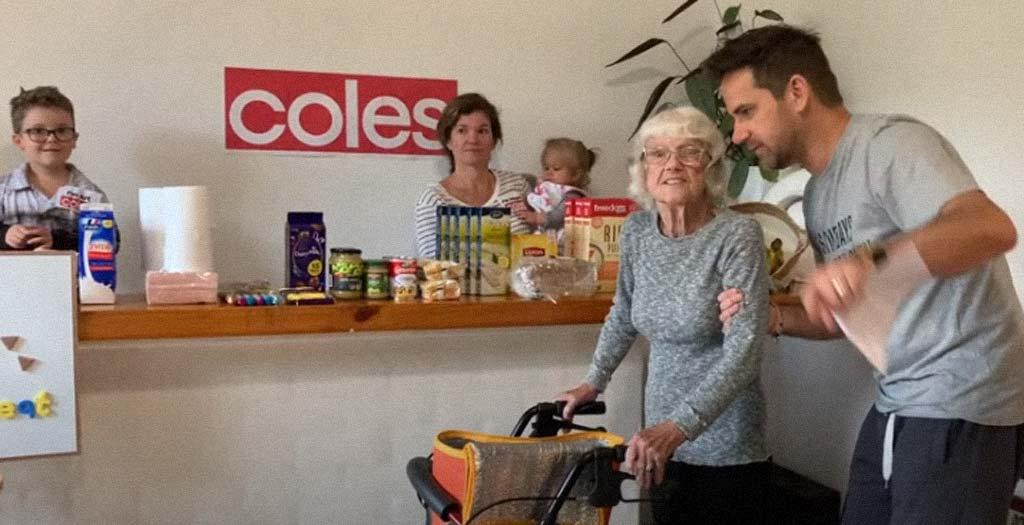 Familia en cuarentena crea un supermercado en casa par la abuela con demencia 5