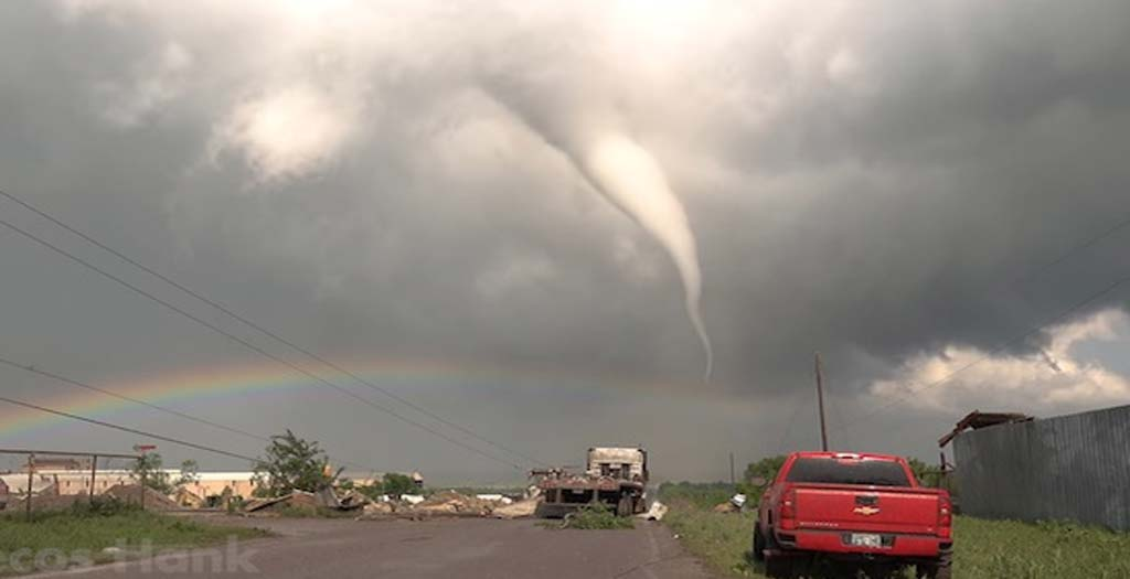 Cazador de tormentas logra grabar un tornado justo delante de él 6