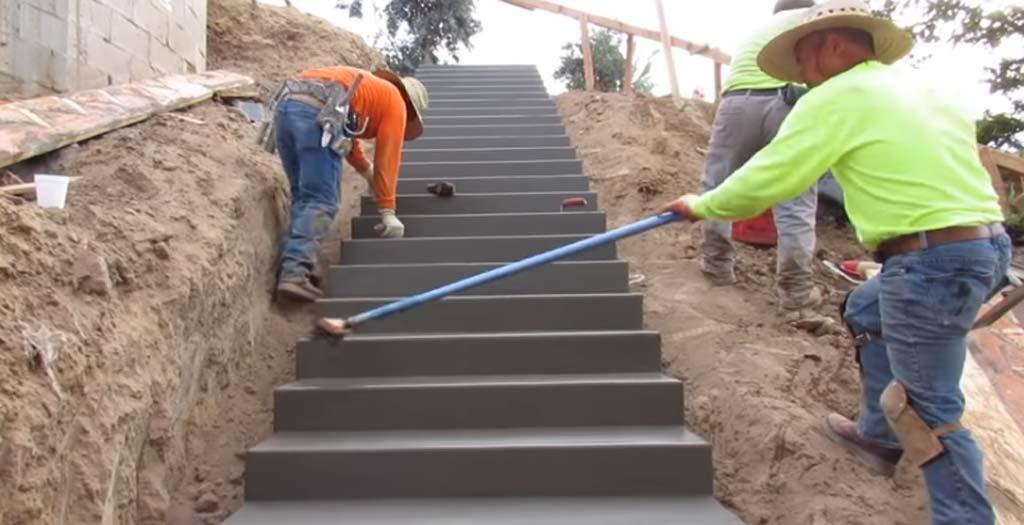Viendo como se construye una escalera. El vídeo importante del día 6