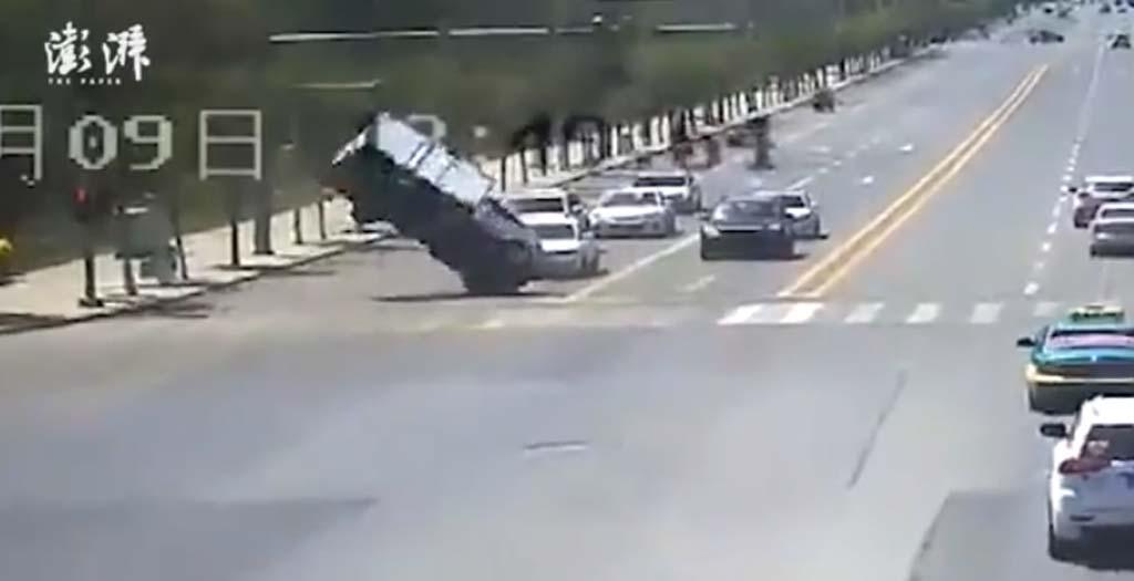 Una camioneta sale volando en un semáforo, todo un expediente X 10
