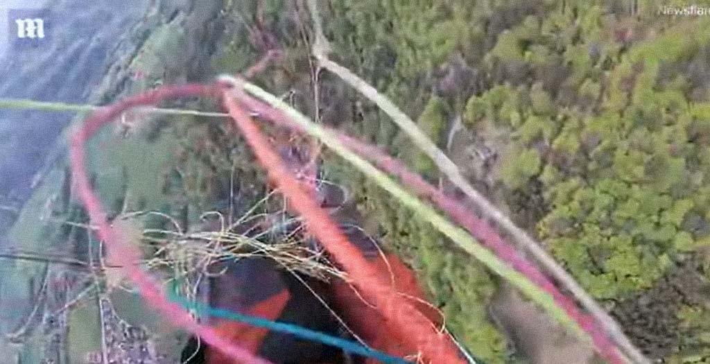 Haciendo parapente se enredan en un choque y caen al vacío 19