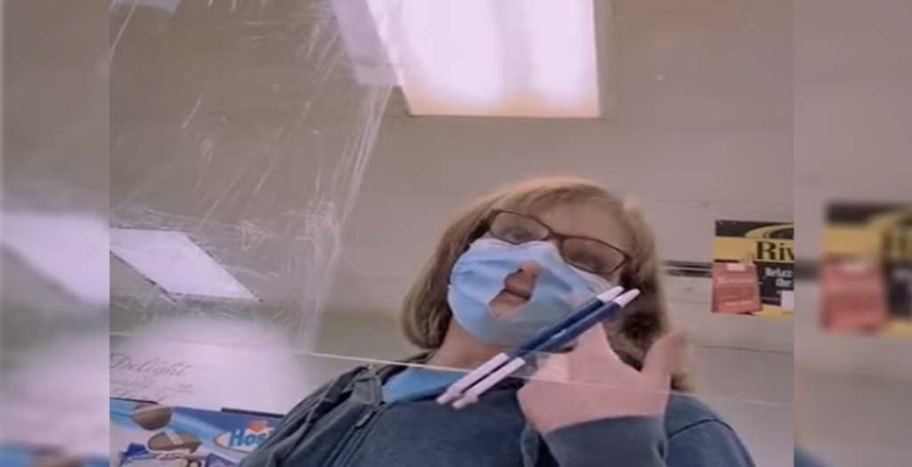Que alguien diga a esta mujer que así no vale de nada llevar mascarilla 6