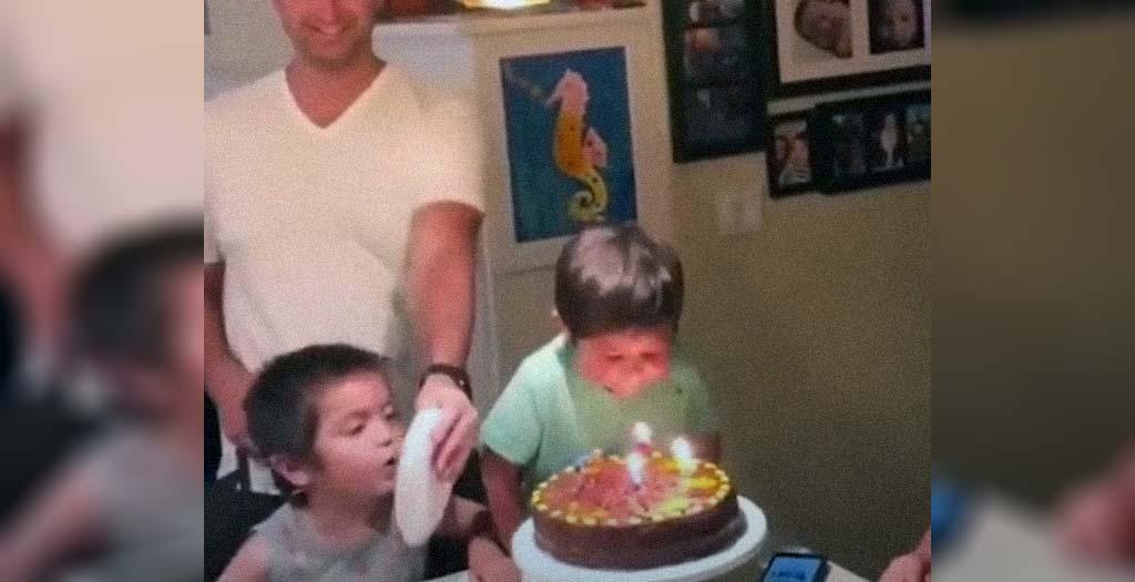 Este niño se enfada mucho por no poder soplar las velas de la tarta de su hermano 5
