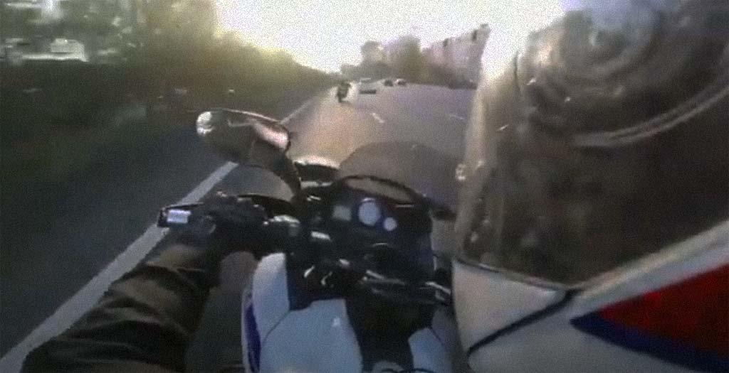 Policía francesa persigue a un tipo en un scooter por la autopista 36