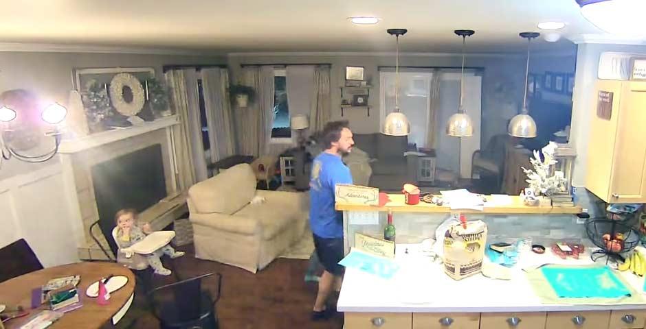 El vídeo completo del padre que saca a sus hijos de casa por un terremoto 5