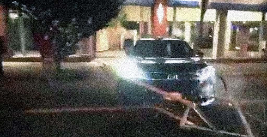 Aprovecha los saqueos en EE.UU para robar un coche de un concesionario 3