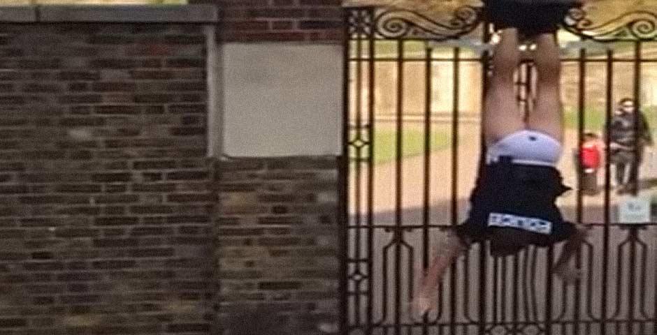 Policía queda colgando boca abajo de una valla y para colmo en calzoncillos 5