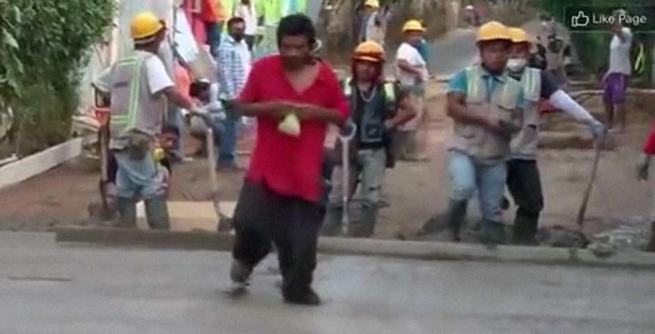 Pisa el cemento recién echado ante la atenta mirada de los trabajadores 7