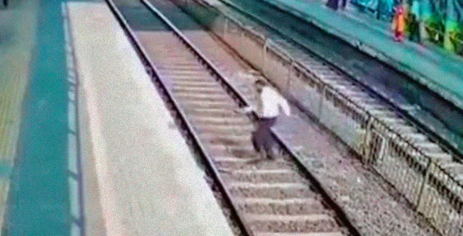 Cruzando las vías del tren y a punto de morir 4