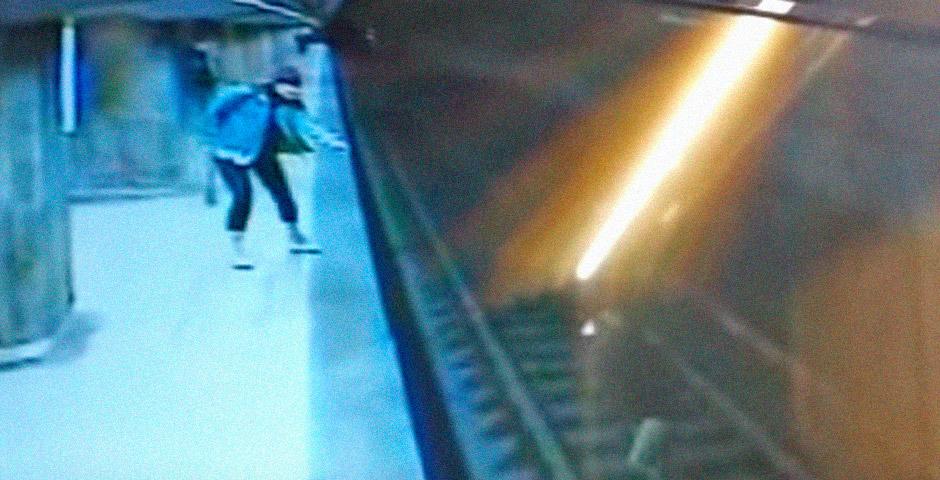 Se tira a las vías del metro y luego se arrepiente 6