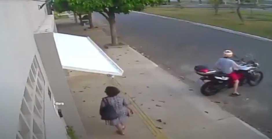 El vídeo completo de la mujer que es atrapada por una puerta de garaje 10