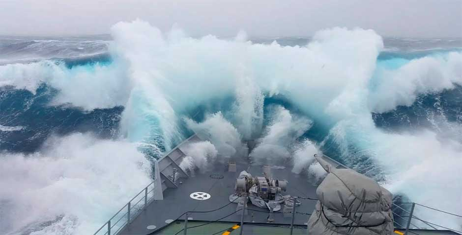 Un barco atraviesa una gigantesca ola en este impactante vídeo 29