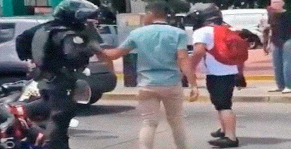 Este motorista tiene un accidente con un policía y terminan a puñetazos 14