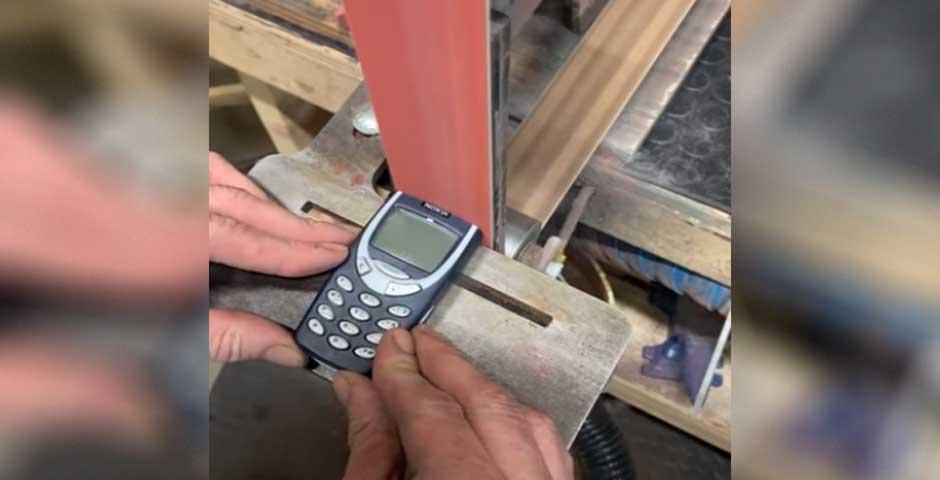 Como destruir un Nokia 3310 con una lijadora 2