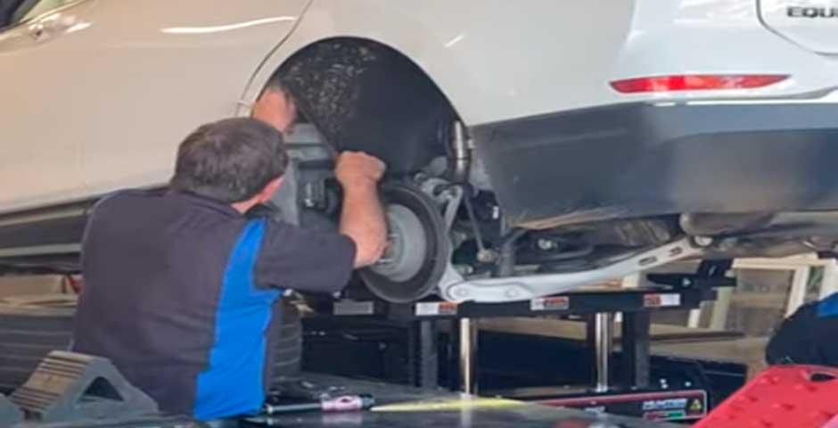 Menuda sorpresa se lleva este mecánico al revisar un coche 5