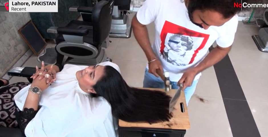 Peluquero Pakistaní que usa cuchillos de carnicero y sopletes para cortar el pelo 7