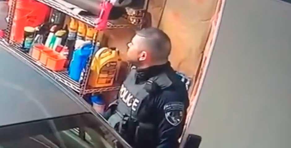 Pillada a este policía golpeando el coche en un registro 21