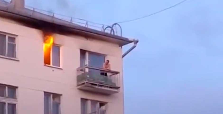 Se incendia su casa pero guarda la calma 37