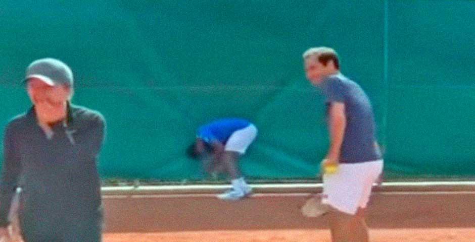 Roger Federer golpea a Gael Monfils y este se retuerce de dolor 5