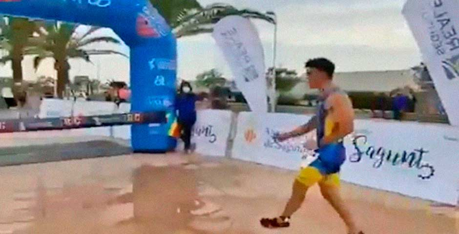 El vídeo viral del día es el de este corredor que llega el primero a meta 1