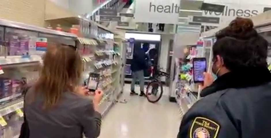 Entra a robar en una tienda montado en su bicicleta y con todo el descaro 2
