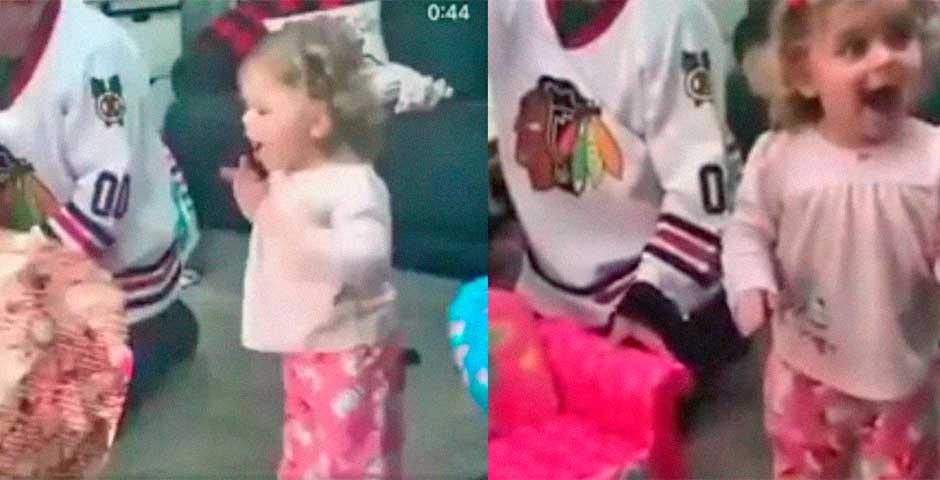 Ver la reacción de esta niña al abrir un regalo te alegra el día 6