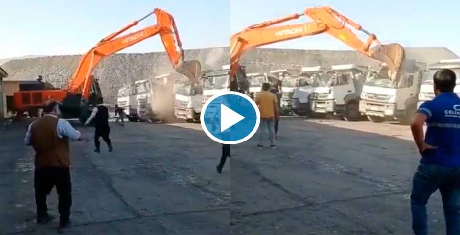 Un empleado enfadado, destroza varios camiones con una excavadora 6
