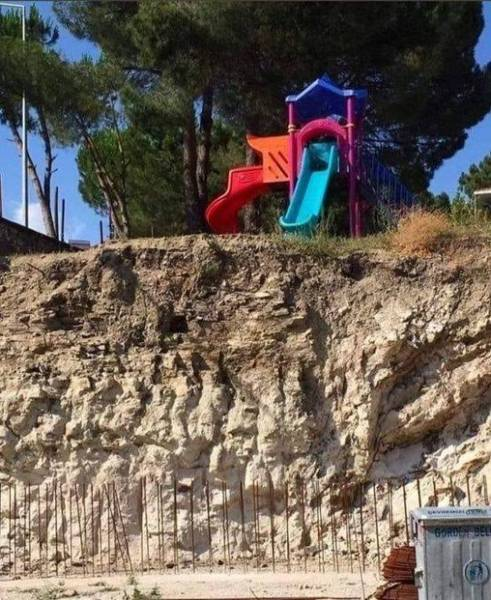 El concejal de parques no debe llevarse bien con los niños... 1