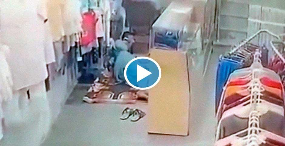 Ni te imaginas lo que le ocurre a este dependiente que esta tumbado en el suelo 7