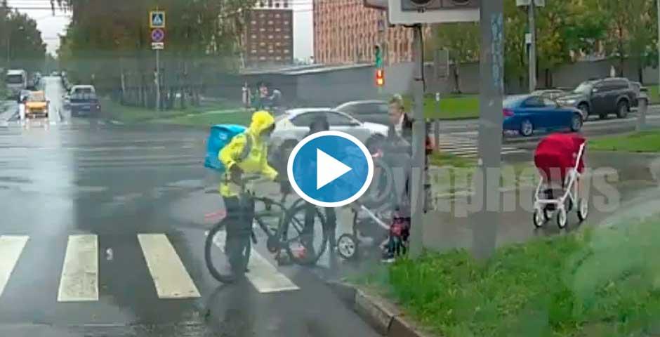 Repartidor imprudente atropella un carrito de bebés 23